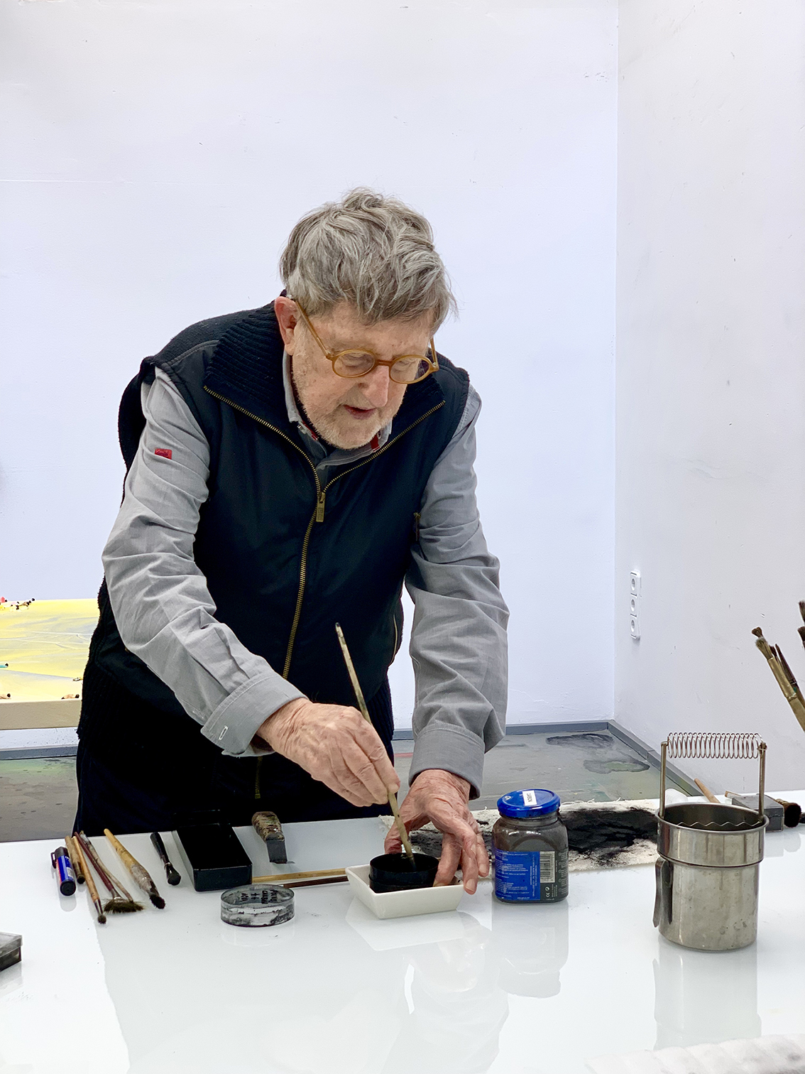 Juan Genovés no seu estúdio, retrato de Leonardo Villela, cortesia da galeria Malborough.