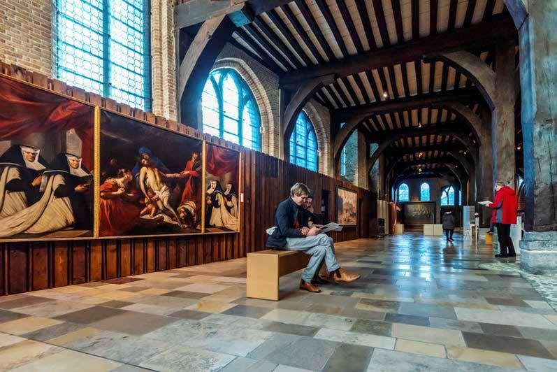 Bruges, uma cápsula do tempo entre Memling e a arte contemporânea Artes & contextos interior del hospital