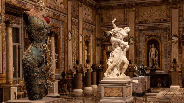 Grecian-Nude-de-Damien-Hirst-frente-a-El-rapto-de-Proserpina-de-Bernini-1.jpg