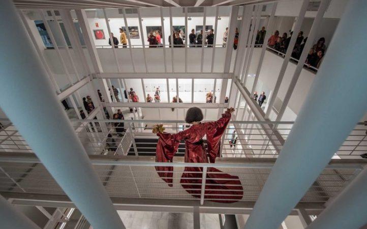 La-artista-Amina-Zoubir-realizó-una-performance-en-la-inauguración-de-la-exposición.jpg