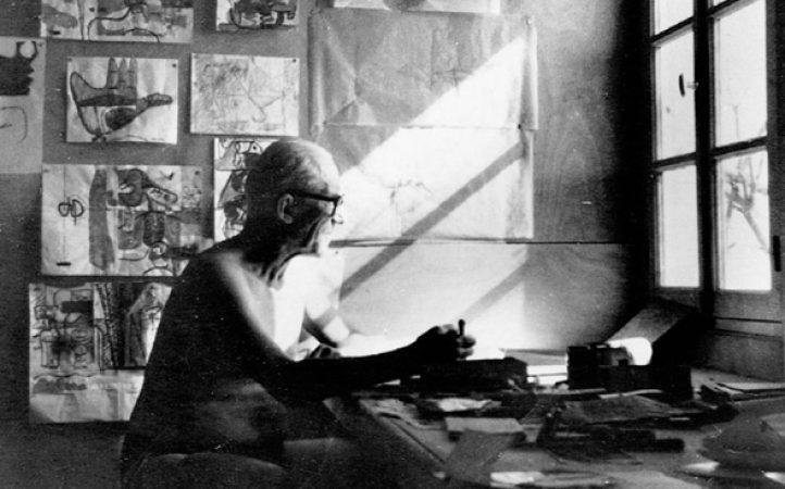 Le-Corbusier-trajando-en-Le-Cabanon.jpg